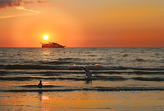 Away under the sunset (die Augen) Tags: canon sl1 sunset beach boat waves sailing seascape