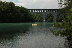 Schlauchboot ( Gummiboot ) auf der Rhne ( Fluss - River ) bei der Pont Butin ( Brcke - Strassenbrcke => Baujahr 1927 - Hhe 48m => Lnge 269m) im Kanton Genf - Genve in der Schweiz (chrchr_75) Tags: chriguhurnibluemailch christoph hurni schweiz suisse switzerland svizzera suissa swiss chrchr chrchr75 chrigu chriguhurni hurni140603 juni 2014 albumrhone rhone rhne fluss river wasser water gummiboot gummiboote schlauchboot boot jolle dinghy boat jolla canot  sloep bote schlauchboote albumschlauchbootegummibooteunterwegsinderschweiz 1406 juni2014 albumrhne albumrhneflussriver