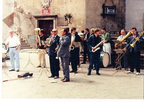 Uroczystość obsługiwana przez Miejską Orkiestrę Dętą - Rynek Wielki 1991r.