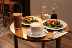 Once en Milagritos (Liragraph) Tags: once milagritos café coffee latte vainilla vanilla cup taza beef frozen salad chile