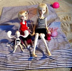 DJ, Camellia, Pekoe (eixomoxie) Tags: beach ball ada doll dj hilary bjd bella camellia chateau pekoe meetups jointed