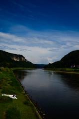 Wehlen 1 (BildBau by Alex) Tags: boot nikon wasser wiese himmel grn blau fluss wald sandstein elbe felsen gebirge schsischeschweiz stadtwehlen nikkor18105mm d5100