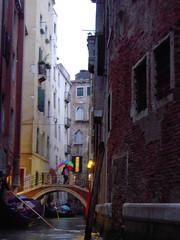 umbrella (kimtosh11) Tags: bridge venice sea italy rain umbrella venezia 海 傘 橋 イタリア 雨 ベネチア ゴンドラ ニコン d5000