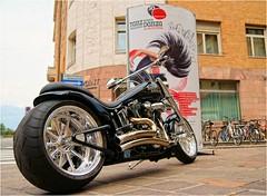 Sweet Hitch hiker (Hindrik S) Tags: street white black bike metal iso100 pov sony chrome 1750 motor 20mm tamron f28 a57 11600 tamron1750 sonyalpha tamronspaf1750mmf28xrdiiildasphericalif sonyphotographing slta57 57