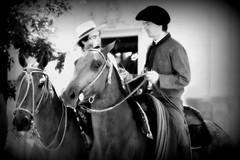 Los viejos conocidos (Eduardo Amorim) Tags: horse southamerica argentina caballo cheval spur sperone pferde cavallo cavalo gauchos pferd pampa loro riendas apero gaucho cavall staffa  amricadosul loros stirrup platera gacho estribo amriquedusud provinciadebuenosaires  recado gachos  sudamrica sanantoniodeareco esporas suramrica amricadelsur areco sdamerika espora  pilchas espuelas pilchasgauchas steigbgel recao pampaargentina americadelsud plateracriolla espuela americameridionale rdeas eduardoamorim estribera estrivo trier pampaargentino