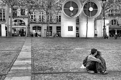 Al fondo a la derecha / Out the back (jfraile (OFF/ON slowly)) Tags: street paris blancoynegro streetphotography pompidou autofocus jfraile javierfraile