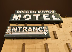 Oregon Motor Motel (Curtis Gregory Perry) Tags: longexposure sign 30 night oregon nikon highway neon entrance motel motor arrow thedalles d800e