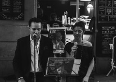 Homenatge a Sinatra / Sinatra tribute (JordiTrenzano) Tags: barcelona street white black blanco monochrome major y negro streetphotography catalunya sec festa blanc negre poble poblesec