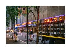 Manhattan, New York (Sr. Cordeiro) Tags: street city cidade usa newyork men work dawn lights workers neon fuji manhattan eua fujifilm luzes rua radiocitymusichall radiocity trabalho anoitecer homens novaiorque trabalhadores x100