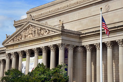 Archivo de los Estados Unidos. (photocenter48) Tags: edificio archivo columnas arbustos bandera historia usa washington gilbertopizanoarroyave capital colonnade