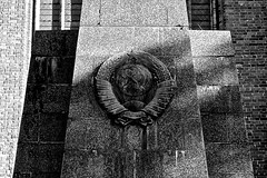 Dame DDR (Glaneuse) Tags: monument stone germany blackwhite memorial symbol communist ddr vestige deutschedemocratischerepublik