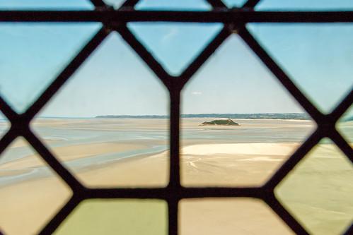 Vue sur la baie du Mont Saint-Michel à travers un vitrail
