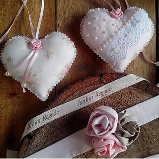 By @jardimregado ! #corações #heart #couer #core #pérolas #tecido #costura #sewing #flores #mimos #socute #luxo #chique #perfeição #artesanal #boutique #ateliê #inlove