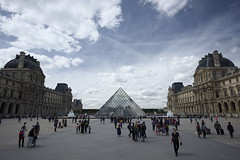 pyramide du Louvre (hugo benichi) Tags: city sky paris louvre 14mmf28 pyramide xe2 xf14mmf28
