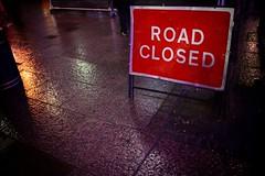 Camino cerrado, London 2011 (luchador_lb) Tags: road street london wet rain sign night canon calle closed shot camino 7d cerrado