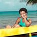 Mujer en la Isla de San Andrés sentada frente al mar