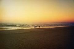 ils marchent dans le crpuscule (Nicolas Fourny photographie) Tags: ocean sunset sea beach canon landscape seaside spain sand silhouettes beautifullight andalucia paysage espagne andalousie spania 600d