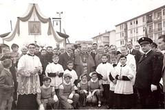 25c-vescovo-placido-maria-cambiaghi-a-crema-nuova-dopo-la-benedizione-della-madonnina-dei-centauri-di-castellazzo-bormida--1955