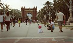 Arco del Triunfo (Ulises SC) Tags: barcelona park city parque trees people tourism canon walking arboles ciudad personas paseo turismo caminando 600d