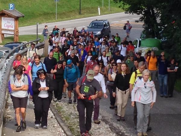 Spettatori alla partenza del cammino per raggiungere il luogo del concerto