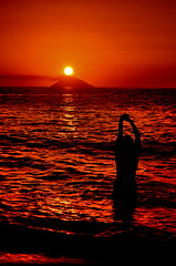 [ Empatia - Empathy ] DSC_0472.2.jinkoll (jinkoll) Tags: sunset red sea sky girl silhouette island waves emotion smoke eruption empathy stromboli aeolian volcan