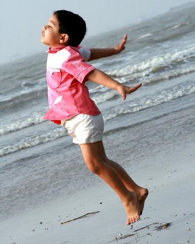Let me have Wings i wana fly . • #fly #kids #sea #free #freedom #freedomlifestyle #mumbai #mumbaivibe #maharashtra #monochoromeindia #gorai #goraibeach #instagram #everydaymumbai #thephotosociety #pictureoftheday #india #ravi #āhlawat