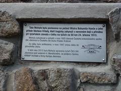Riesengebirge-Medvedin-Elbquelle-Elberadweg -Tschechien-Gedenkstätte von Bohumil Hanc und Václav Vrbata. Sie kamen bei einem Schneesturm während einem Skilanglaufrennen ums Leben (gerhard_hohm) Tags: tschechien elbe krkonose labe riesengebirge elberadweg spindlermühle ceskárepublika elbquelle pramenlabe medvêdin spindlerûvmlýn