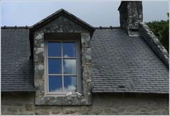 le ciel s'invite ... (Claudie K) Tags: bretagne reflet nuages fenêtre ardoise ribbet locronan granit colombes chienassis