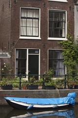 Hidden beauty of Amsterdam - Lijnbaansgracht (Kitty Terwolbeck) Tags: city blue urban building netherlands amsterdam boot boat canal blauw capital stad jordaan gracht lijnbaansgracht woning hoofdstad