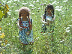 Tivi und Setina ... auf der Wildblumenwiese ... (Kindergartenkinder) Tags: park dolls schloss annette tivi anholt setina himstedt schlossanholt kindergartenkinder