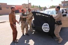Irak Kurdistan Makmur 12.09.2014  img_7779 kurdische Einheit mit eroberter Al Qaida Fahne (Thomas Rossi Rassloff) Tags: is al war islam iraq krieg east terror middle isis kurdistan irak qaida kurden pkk