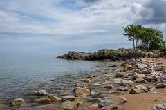 Vrhallarna (MagnusBengtsson) Tags: ocean sea sky seascape clouds strand boat skne sand rocks himmel coastline sverige bt trd havet segelbt sterlen landskap simrishamn moln klippor vrhallarna kustlinje