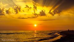 Una hermosa puesta de sol sobre el mar de Roma - A beautiful sunset over the sea of Rome (johnfranky_t) Tags: johnfranky t tramonto sole rosso spiaggia lido di ostia roma nuvole giallo beach clouds tirreno sun