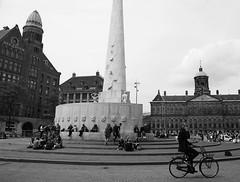 msterdam en bici. (Laureano Moreno) Tags: plaza amsterdam dam bicicleta holanda monolito