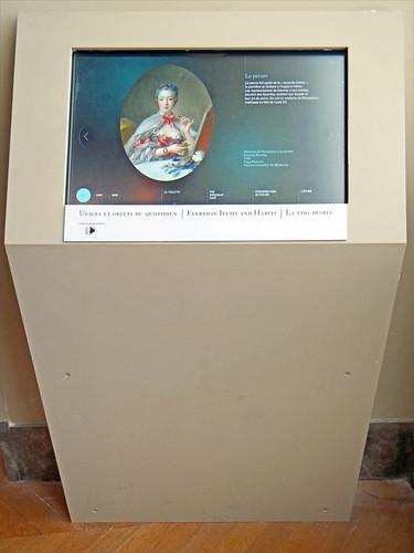 Borne d'information dans le département des objets d'art (musée du Louvre)