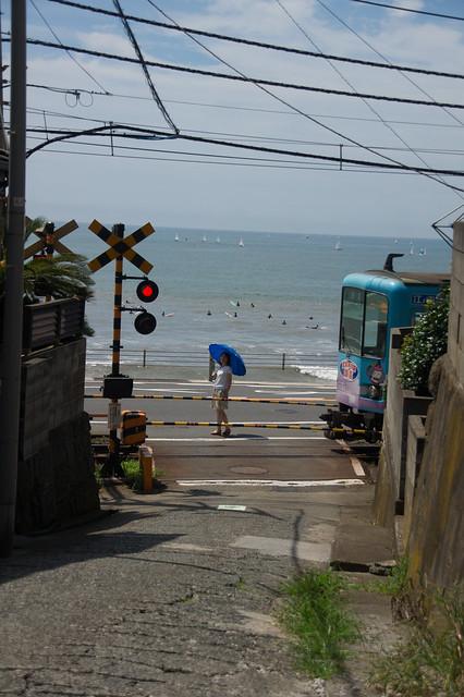 江ノ電と女性