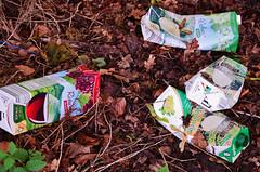 Drogenkonsum im Urwald (niedersachsenfoto) Tags: berlin wald müll einsamkeit wein abfall tetrapak urwald weggeworfen irgendwo waldboden kleinmachnow erdboden abseits verpackungsmüll spurensuche nirgendwo odyssee jenseits niedersachsenfoto