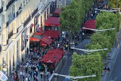 Avenue des Champs Elyses from the Arc de Triomphe (Elisabeth de Ru) Tags: paris france europa europe frana frankrijk francia arcdetriomphe parijs parys  parisi   pariz avenuedeschampselyses   pizzavesuvio elisabethderu paris915august2014 camerasony300 elisabethderu