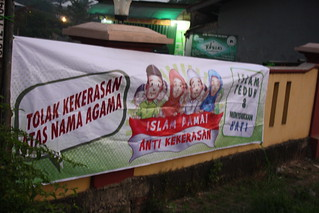Spanduk Islam Damai di Masjid Depok