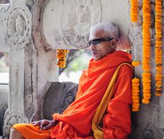 Un monje moderno (Nebelkuss) Tags: india asia bodhgaia bodhgaya bihar monje monk budista budismo buddhism buddhist naranja orange gafasdesol sunglasses fujixt1 nikon85f20 nikonaisprime retratos portrait