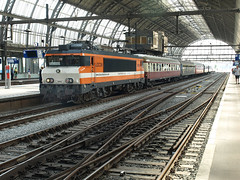 Locon 9908, Amsterdam CS, August 2, 2014 (cklx) Tags: amsterdam 600 500 excursion apeldoorn beekbergen vsm 9802 9908 locon traintour bakkies railexperts