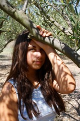 Girl (Elena Teim Photographie) Tags: portrait france tree verde green nature girl soleil chica natur vert  fille arbre voie feuille  plume
