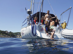 DSCF0173 (Pepe Fernndez) Tags: amigos mar barco grupo navegar navegando fotodegrupo navegacin ro330 royacht