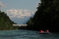 Schlauchboot ( Gummiboot ) unerwegs auf der Aare ( Fluss - River ) zwischen T.hun S.chwbis und der E.isenbahnbrcke bei U.ttigen im Kanton Bern in der Schweiz (chrchr_75) Tags: mountain alps berg juni ro river boot schweiz switzerland boat suisse swiss fiume rivire alpen christoph svizzera fluss berner aar aare jolla canot dinghy donnerstag bote schlauchboot oberland 2014  suissa reka joki 1406 jolle gummiboot sloep chrigu schlauchboote blemlisalp  kantonbern arole chrchr hurni chrchr75 chriguhurni albumaare chriguhurnibluemailch gummiboote blemlisalpberg juni2014 albumschlauchbootegummibooteunterwegsinderschweiz gummiboottour hurni140619 albumaarethunbern albumaarethunschwbisuttigerschwelle albumblemlisalp