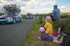 Cote de Midhopestones (antmccrea) Tags: road family boy girl bike wall nationalpark peakdistrict yorkshire watching caps bikes event cycle harriet fraser tourdefrance bikerace spectator drystonewall stage2 verge letour southyorkshire midhope cyclerace langsett supportvehicle teamcar granddepart teamsky midhopestones keirah garminsharp tourdefrance2014 cotedumidhopestones