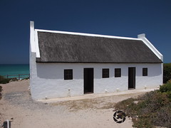 Traditional Cape Cottage Archetecture (jan-krux photography - thx for 1.5 Mio+ views) Tags: white beach strand southafrica sommer traditional indianocean cottage huette himmel olympus coastal thatch archetecture blau kontrast weiss kueste suedafrika ozean strohdach indischer dehoopnationalpark