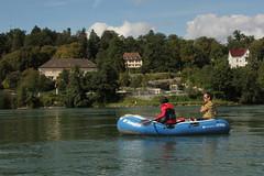 Schlauchboot Sevylor Caravelle K105 ( Gummiboot ) auf dem Rhein ( Fluss - River - Hochrhein ) bei der Altstadt - Stadt Laufenburg im Kanton Aargau in der Schweiz und Deutschland (chrchr_75) Tags: chriguhurnibluemailch christoph hurni schweiz suisse switzerland svizzera suissa swiss chrchr chrchr75 chrigu chriguhurni 1408 august 2014 hurni140824 gummiboot gummiboote schlauchboot schlauchboote boot jolle dinghy boat jolla canot ディンギー sloep bote albumschlauchbootegummibooteunterwegsinderschweiz sevylor caravelle k105 albumschlauchbootsevylorcaravellek105 august2014 rhein rhin reno rijn rhenus rhine rin strom europa albumrhein fluss river joki rivière fiume 川 rivier rzeka rio flod río