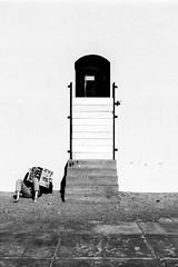 Close (Varigotti SV) (Ondablv) Tags: muro bianco nero uomo sole varigotti mare riflettere fiflessioni mirare rimirar giornale newspaper news sun day asimmetric man street foto immagine immagini canon 70d image images photo photos ondablv photography eos canon70d eos70d canoneos70d