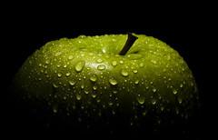 Snapple (Pragmatic1111) Tags: black verde green apple wet water droplets drops agua nikon manzana flash negro grannysmith sigma150mmf28 d700 sb910