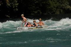 Gummiboot - Schlauchboot in der  Uttiger Schwelle unterhalb der E.isenbahnbrcke in der Aare ( Fluss - River ) bei Uttigen im Kanton Bern in der Schweiz (chrchr_75) Tags: ro river boot schweiz switzerland boat suisse swiss fiume rivire juli christoph svizzera fluss welle aar aare jolla canot dinghy bote schlauchboot schwelle 2014  suissa reka joki jolle gummiboot sloep chrigu schlauchboote 1407  stromschnelle kantonbern arole chrchr uttigen hurni chrchr75 chriguhurni uttiger uttigenschwelle albumaare chriguhurnibluemailch gummiboote uttigenwelle juli2014 albumschlauchbootegummibooteunterwegsinderschweiz hurni140718 uttigerwelle uttigerschwelle albumaarethunbern albumaareuttigerschwelle